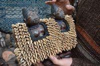 Marché Puces Porte Vanves Paris Antiques Flea Market - Couple de statuettes ibedji yoruba avec vêtement de cauris, Nigéria
